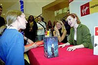Alyson Hannigan signs autographs